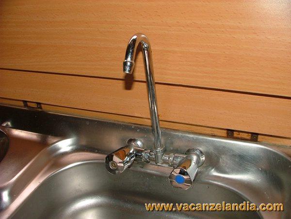 Agganciare il tubo al rubinetto del lavello